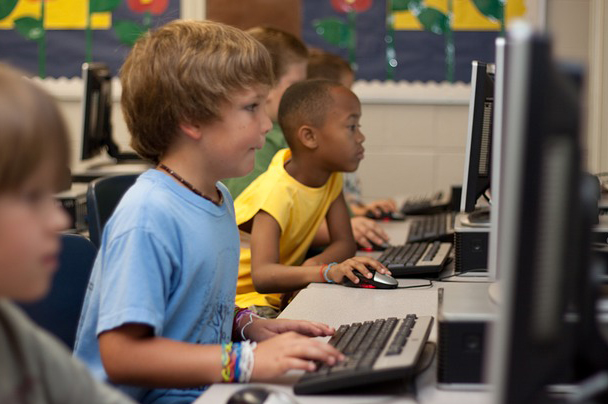 Enfant apprenant la programmation informatique